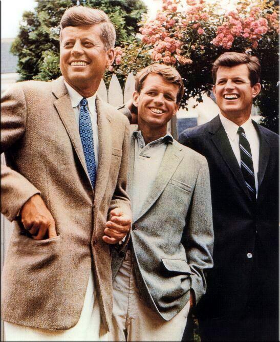 Ted Kennedy con i fratelli John e Bob