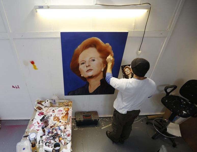 L'artista Matt Lambert dipinge un ritratto di Margaret Thatcher